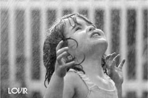 عکس لبخند بارانی دخترک تنها
