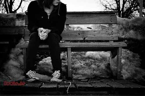 عکس عاشقانه و غمگین دختر تنها روی نیمکت